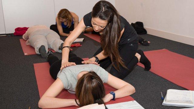Exercício de mobilidade e força de Pilates Clínico MW1 - certificação matwork appi - ativação do core