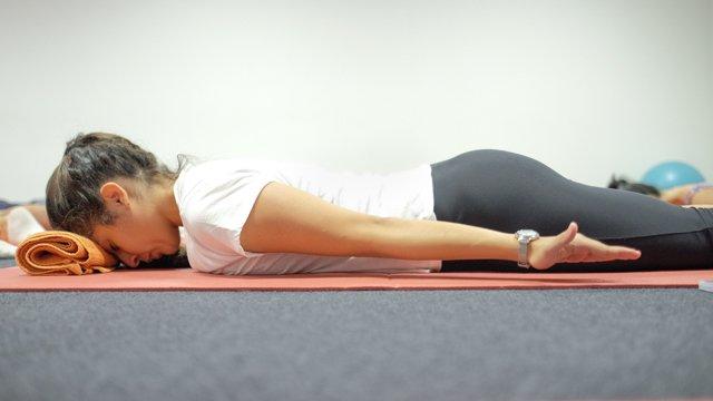 Exercício de ativação dos músculos flexores da cervical e posteriores da coluna em Pilates Clínico MW1 - certificação matwork appi