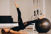 Classe de Pilates Clínico com bola: tutorial com a APPI Trainer Francisca Lourenço