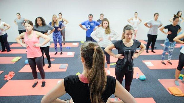 Exercício de ativação e fortalecimento dos músculos flexores da cervical em Pilates Clínico MW1 - certificação matwork appi