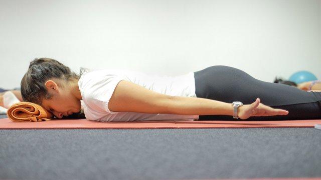 Exercício em ativação e fotalecimento dos músculos flexores profundos da cervical - Pilates Clínico MW1 - certificação matwork appi
