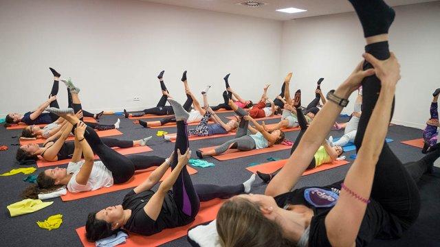 Exercício de mobilidade e força da coluna vertebral de Pilates Clínico MW3 - certificação matwork appi