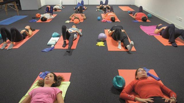 Exercício de mobilidade em Pilates Clínico MW1 - certificação matwork appi