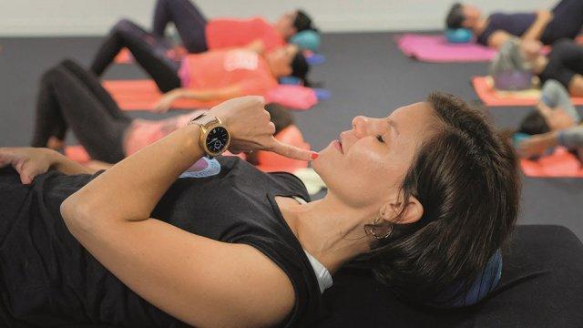 Exercício de mobilidade e força - mermaid - de Pilates Clínico MW1 - certificação matwork appi